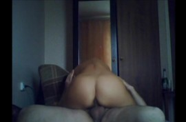 C  русской  молодой любовницей на диване