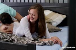 Парень застукал потаскуху за тем, как она делает интимные селфи и трахнул ее