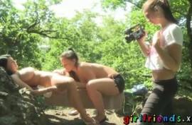 Грудастая лесбиянка попросила подругу поласкать сиськи