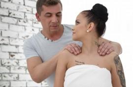 Ушлый массажист трахнул жену богатого мужчины в эротическом масле обкончав ее лобок