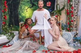 Император  с двумя любовницами, белой и  негритянкой