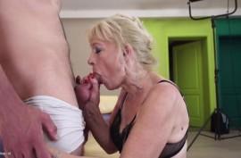 Блондинистая старушка обслуживала молодой член любовнику