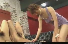 Молодая сучка ласкает задницы двоих любовников и мнет их члены