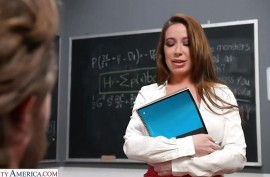 Училка понимает, что студент ее хочет трахать, сиськастая Бьянка Берк (Bianca Burke)