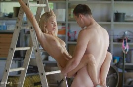 Прижимает девушку к лестнице чтобы выебать