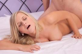 Стройная сексуальная блондинка занимается чувственным сексом на кровати