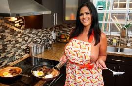 Грудастая сексуальная красотка развлеклась с любовником посреди кухни