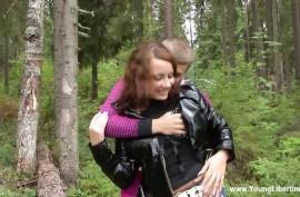Ебет девку в лесу на  одеяле