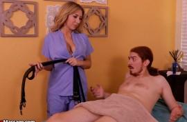 Делает  его члену мастурбацию  ручками
