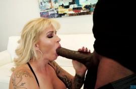 Лысый негр с тридцати сантиметровым черным шлангом долбит спелую киску зрелой блондинистой мамочки с большими сиськами и толстой жопой в татуировках Райан Коннер (Ryan Conner)