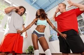Сексуальная  негритянка лупится с двумя  членами
