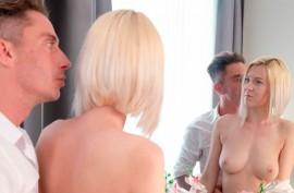 Аврора - красивая блондинка, которая знает, как заставить своего парня делать все, что она хочет