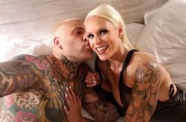 Мамочка шлюха в татуировках сосет хуй, Софи Логан (Sophie Logan)