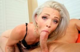 Молодая страстная блондиночка удовлетворила зрелого ненасытного мужика