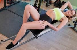Шарлотта Синс получает тренировку на члене