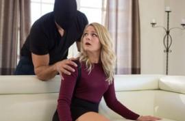 Воришка залез в дом к сексуальной девушке, и вместе кражи трахнул ее в пизду