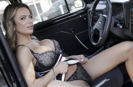 Шикарная водительница хочет  пассажира