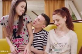 Парень разводит двух молодых девушек на сладко  поебаться