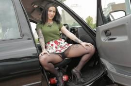 Таксист трахает татуированную пасажирку в машине