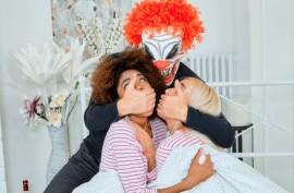 У клоуна есть большой член
