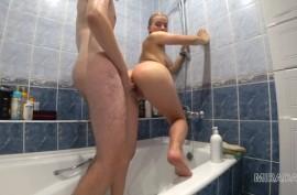 Трахаются в ванной, сучка громко стонет
