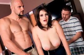 Сексуальная брюнетка с радостью обслужила своими дырочками двоих горячих парней