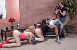 Страстный темнокожий парень как следует оттрахал двух похотливых лесбиянок