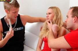 Продает блондиночку дружку, русская  жарка