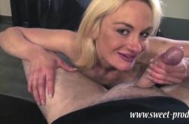 Блондиночка охотно сосет его пенис