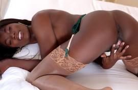 Негритянка красотка трудится пальчиками, черная  мастурбация