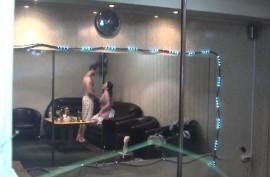 Потрахался на диване и кончив жене в рот попросил массаж