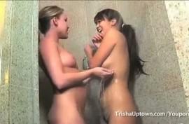 Молодые лесбиянки ласкают сексуальные тела друг друга в ванной