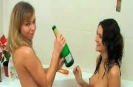 Выпившие помытые распутные девочки делают ему  минет