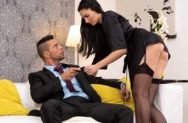 Горячая брюнетка в чулках, занимается качественным сексом