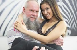 Горячая шлюшка трахается со своим бородатым отчимом