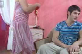 Страстная мамка занимается любовью со своим сыном и делает минет