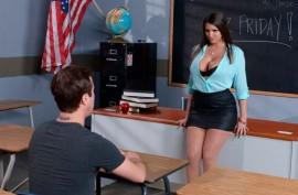 Училка  с большими сиськами  разводит на еблю  студента