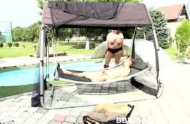Толстая телка встала раком у бассейна и приняла член в пилотку