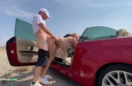 В машине и возле ебется с телочкой