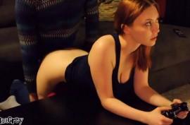 Сексапильна геймерша отвлеклась от приставки, почувствовав член в киске