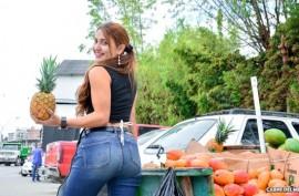 Латинская продавщица фруктов не против заработать сексом