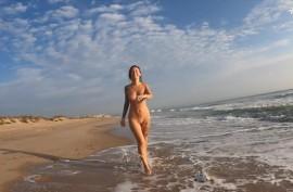На  пляже у водички делает мужику  минет