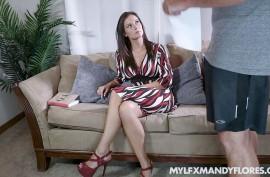 Зрелая  мамка Мэнди Флорес (Mandy Flores) пробует хер  пасынка