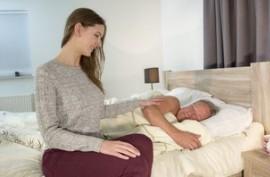 Пузатого старика молодая шкура сексом балует, деду явно становится намного лучше