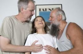 Старики молоденькую курву на двоих делят и сладко ее трахают старыми членами