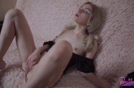 Эта сука мастурбирует, пока ее мужа нет дома!