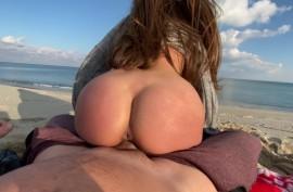 На пляже сажает ее на свой  огромный хуй