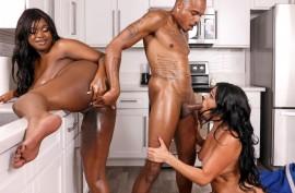 Черный мужик долбится с двумя пышногрудыми телочками