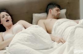 Брюнетка вставила в пизду силиконовый самотык и возбудила любовника, который спал рядом