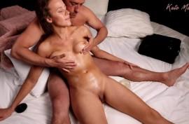 Демонстрация признательности с помощью интимного массажа груди и киски